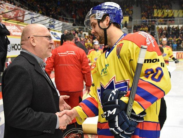 Sympaťákovi WSM ligy Mitchi Fillmanovi gratuluje manažer soutěže Pavel Setikovský.