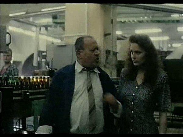 Záběr zfilmu Divoké pivo. Vtřeboňském pivovaru ustáčecí linky natáčejí Josef Augusta (pivovarský úředník) a Markéta Hrubešová.