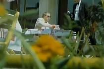 Záběr z filmu Neříkej mi majore! Pašerák Diesbach v podání František Kokejla předzahrádce. Obsluhuje ho komparsista, skutečný číšník Václav Mašek.