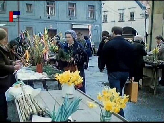 Záběr zfilmu Tichý společník, který se natáčel vČeských Budějovicích. Pán skufříkem, to byla úloha komparzisty Miroslav Mojhy (zády) na Piaristickém náměstí, kde se točil trh.