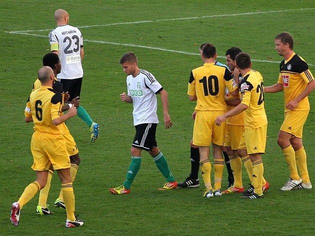 Fotbalisté Dynama se po výhře v Karviné vrátili do hry o postup. Na snímku se radují z Vyskočilova gólu na 2:0.