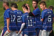 Plánští fotbalisté přivítají v sobotu Dříteň. Petr Petscher (druhý zprava) v minulém kole jeden gól dal  a na druhý ve Lhenicích přihrál Baloghovi.