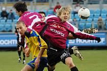 Martin Bača (v souboji s Tomášem Hunalem a Jaroslavem Černým) měl v nedělním zápase I. ligy proti Dynamu největší šanci Zlína, avšak gól z ní nedal.