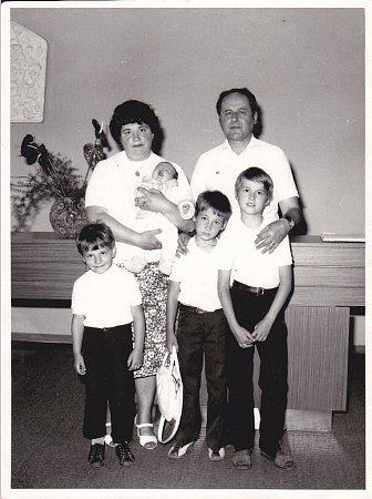 Rodina Sekyrkova. Rodiče Marie a Oto Sekyrkovi, vzavinovačce Michael, zleva stojí dole Pavel, Vlastimil a Antonín.