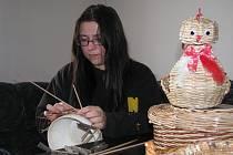 Renata Aloui z Vráta dokáže ze starých novin vyrobit velikonoční dekorace, misky i košíky, které jsou k nerozeznání od proutěných. Tvoří zásadně doma v obývacím pokoji.