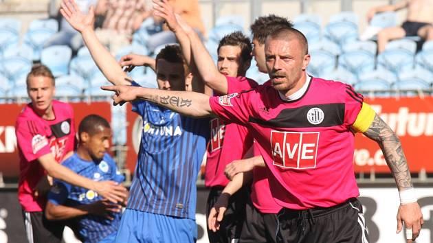 Tomáš Řepka v zápase s Libercem diriguje obranu.