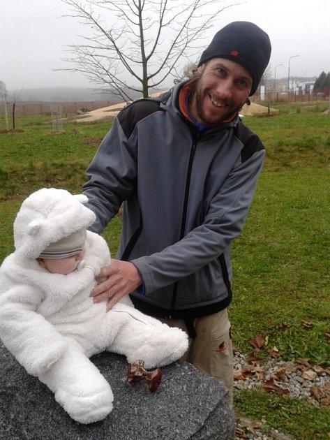 Bronzový odlitek ohryzku, který vČeských Budějovicích odložil Jára Cimrman, vytvořil sochař Michal Trpák (na snímku se synem Timem).