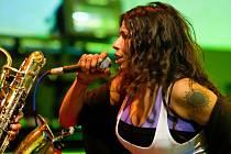 První dáma českého jazzu, kvartet, jenž spolupracuje s trumpetistou Truffazem, a formace N.O.H.A. v čele s brazilskou zpěvačkou (na snímku). Tak zní nabídka podzimního South Bohemia Jazz Festu na tento víkend.