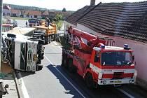 Kdyby se nehoda stala o něco později, mohli pod převráceným kamionem ležet lidé...
