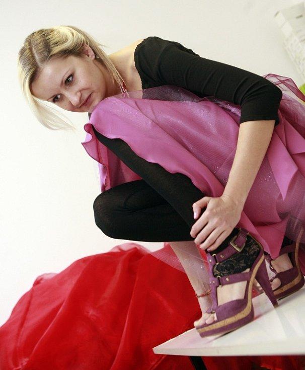 Oděvní výtvarnice Nicole Matéffy z Českých Budějovic ušila svou první valentýnskou kolekci. Na snímku předvádí jeden model Zuzana Plávková.