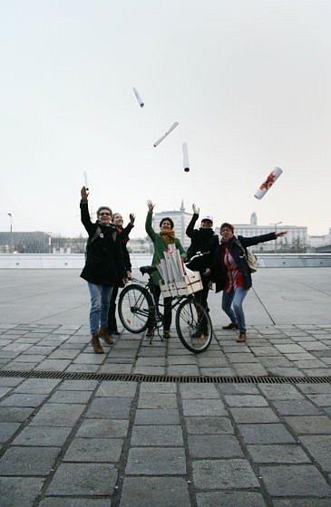 Bicykly rozvážejí umění.