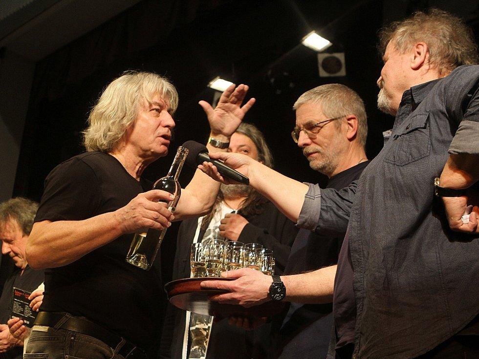 Pavel Žalman Lohonka měl 23. března koncert ke svým 70. narozeninám v českobudějovickém Metropolu. Křtilo se i nové CD Cestující muž, první dva zprava moderátor Pepa Štross a baskytarista Petr Novotný.