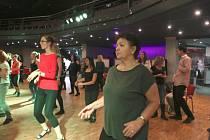 Na hodinách v IGY si Božena Sládková vyzkoušela různé styly cvičení, včetně tance.