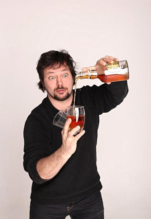 Kampaň Suchej únor vyzývá k odříkání si alkoholu v únoru. Boří stereotyp, že chlapi musí pít. Na snímku ambasador Ivan Studený.