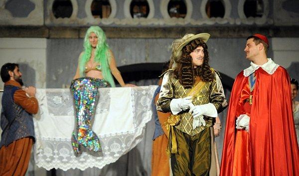 Jihočeské divadlo hraje do 28.června před otáčivým hledištěm romantickou komedii Tři mušketýři.
