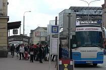 Nástup cestujících do náhradního autobusového spoje před českobudějovickým vlakovým nádražím před 13. hodinou. Autobus pak zamířil přímo do Tábora.