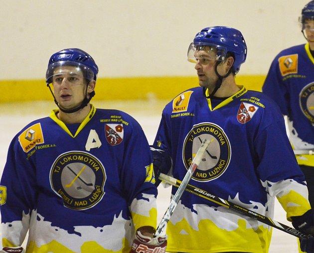 POSTUP. Hokejisté Veselí se radují z postupu do semifinále play-off krajské ligy. Na snímku zleva Martin Čáp a Tomáš Chlaň.