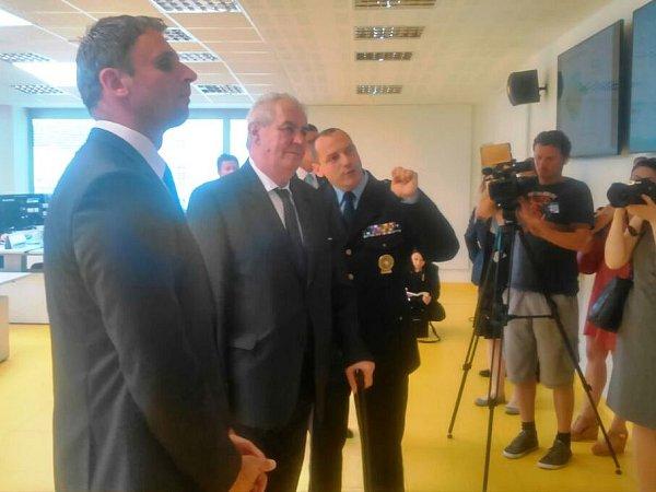 Prezident Miloš Zeman si prohlédl operační středisko Policie ČR vČeských Budějovicích.