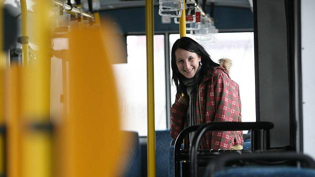 Redakce Deníku testovala noční linku číslo 50 městské hromadné dopravy v Českých Budějovicích. Na ilustračním snímku redaktorka Andrea Zahradníková.