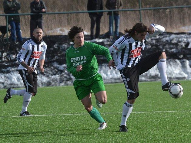 Jiří Babouček, jenž dal v zápase Dynama s Č. Krumlovem jediný gól hostí, bojuje s Janem Tauerem, kterého Dynamo testuje.