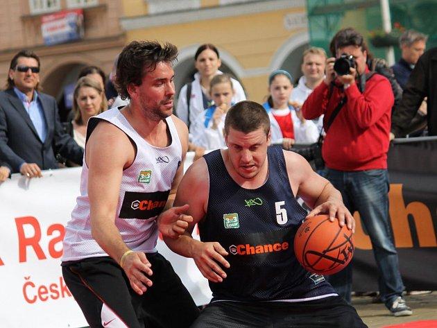 České Budějovice - Basketbalovou šou uprostřed města si nenechal v minulosti ujít například bývalý reprezentant Lukáš Kraus (vlevo).