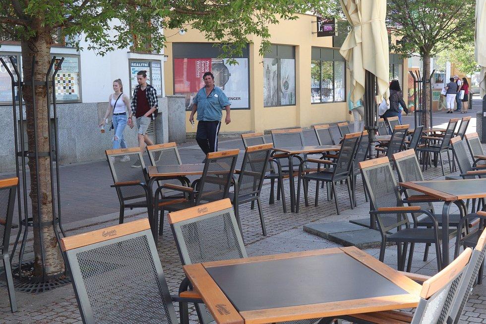 """V restauraci Vatikán na Lannově třídě na začátku týdne naváželi stoly a židle k prostornému venkovnímu posezení.  """"Všechno zjednodušíme. Covid nás naučil, že méně je víc. Novinky žádné nepřipravujeme. Jsme pivnice, budeme prostě točit dobré pivo,"""" říká Ma"""