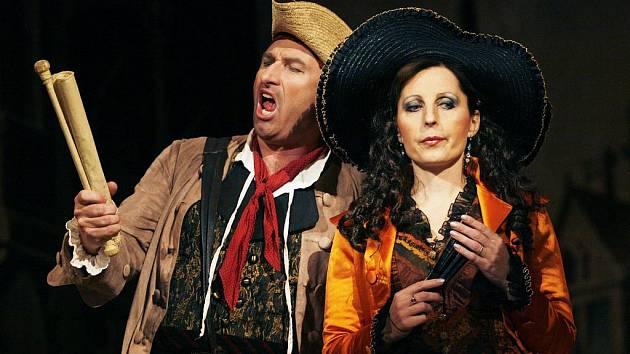 Operou Don Giovanni (na snímku Pavel Klečka jako Leporello a Romana Strnadová jako Donna Elvira) zahájilo Jihočeské divadlo novou sezonu. Hostí v ní José Curu, Jiřího Kyliána i Davida Radoka.