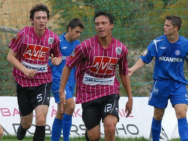 Tomáš Vokatý (uprostřed) se v zápase s Brnem raduje ze své druhé trefy.