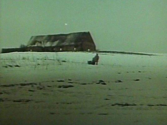 Na návrší ležela hospodářská stavba ovčína uSkoronína. Objevil ji režisér František Vláčil pro třetí povídku.