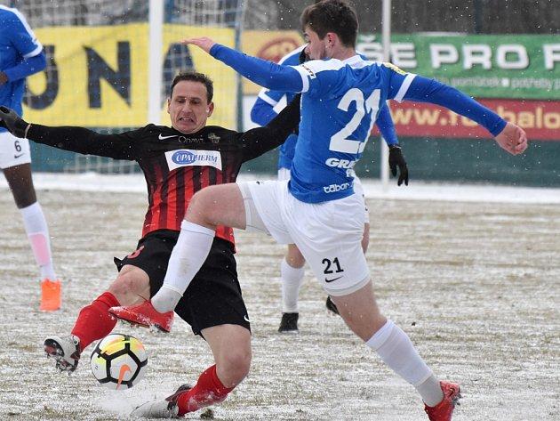 Václava Dudla zastavuje opavský Zdeněk Pospěch: Táborsko - Opava ve II. lize 0:3.