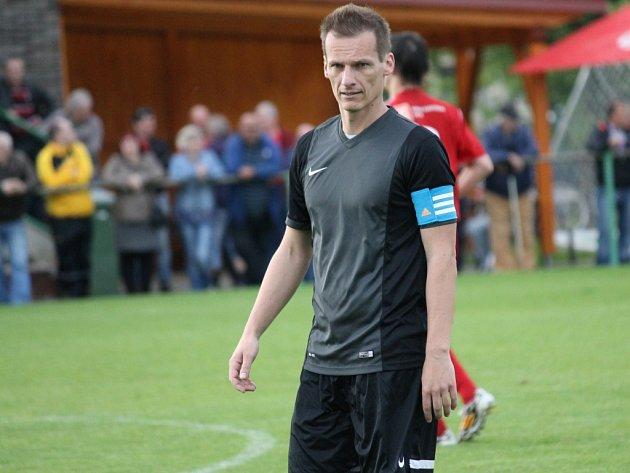 Roman Chlumecký (FK Olešník) i v nové sezoně nosí kapitánskou pásku, jeho tým začal v kraji vítězně..