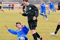 Roudenský Filip Šafránek pečetil v sobotním duelu s Dražicemi na 3:0. Na snímku obchází dražického Fořta.