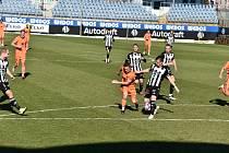 Fotbalisté Dynama včera podlehli v I. lize Mladé Boleslavi 1:3 (na snímku hostujícího Malínského atakuje Benjamnic Čolič, jenž za stavu 0:12 nedal penaltu).