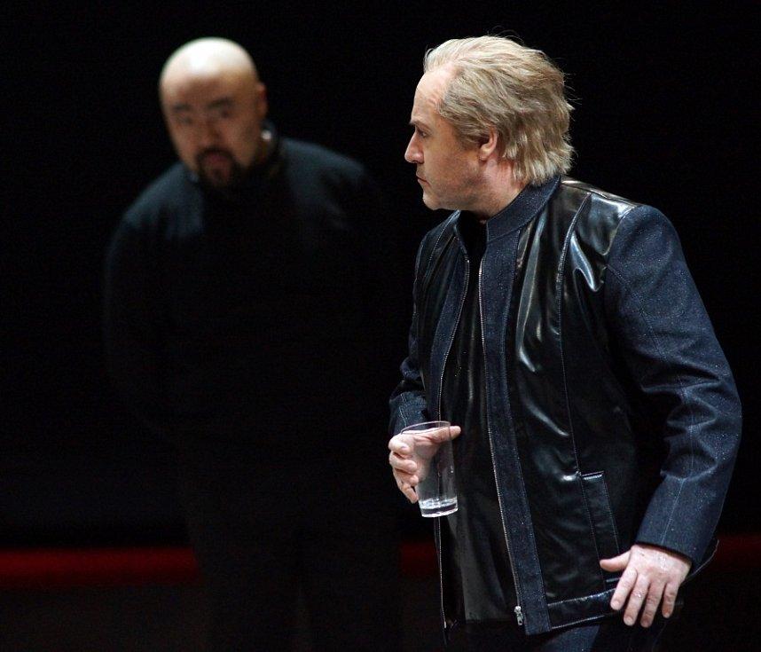 Hudební divadlo v rakouském Linci nastudovalo Wagnerovy Nibelungy. Téměř pětihodinový Soumrak bohů proměnilo v napínavý a dynamický útvar. Na snímku zleva Seho Chang jako Gunther a Lars Cleveman jako Siegfried.