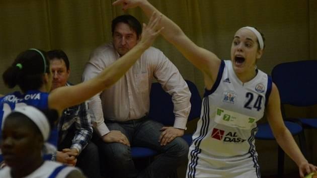 BODOVALA NEJVÍC, ale na výhru to znovu nestačilo. Marissa Kastaneková (u míče) zaskakuje na rozehrávce za Irenu Vrančičovou a to není post, ze které se snadno střílí body. Kastaneková již netrpělivě čeká na návrat své bosenské kolegyně do sestavy.