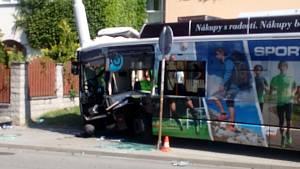 Nehoda trolejbusu s autem na Máji