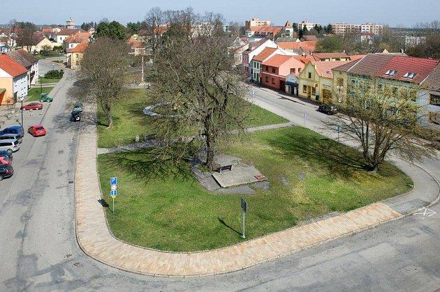 Nynější podoba borovanského náměstí. Pohled ze strany od zámku.