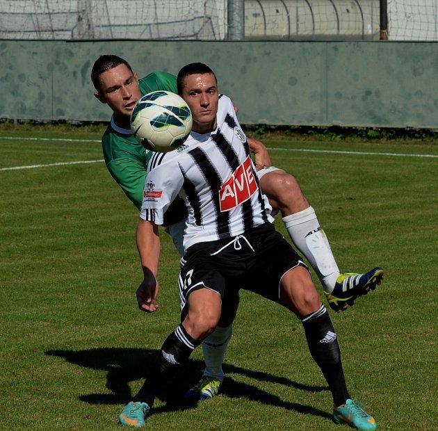 Pavol Poliaček v černobílém dresu Dynama v zápase s Vltavínem