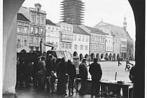 Prodej vánočních ryb na českobudějovickém náměstí v roce 1983, snímek pořídil Jiří Andreska.