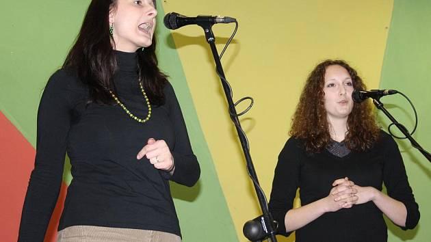 OSLOVÍ. Výrazově trochu monotónní, ale fanoušky spirituálů debutové album X–tetu osloví. Na snímku zleva zpěvačky Magdalena Štruplová Bartošková a Vendula Nováková.
