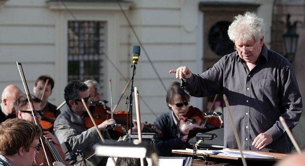 Jako vrchol festivalu Hudební slavnosti Emy Destinnové zahraje vČeských Budějovicích 22.září Česká filharmonie. Na snímku je její dirigent Jiří Bělohlávek.