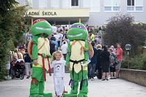 Zpříjemnit prvňákům jejich první školní den vyrazili členové nového hlubockého sportovního a kulturního spolku Hluboká v pohybu v maskách želv ninja.