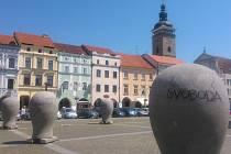 Na čtyři sochy zdobící budějovické náměstí kdosi napsal jména odvolaného primátora a jeho náměstků.