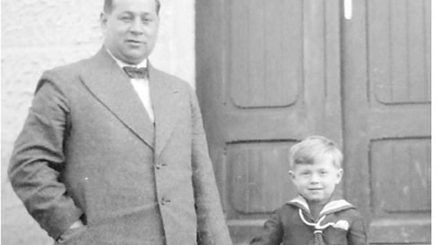 Josef Prokeš s jediným synem Zdeňkem, který dodnes žije ve Veselí nad Lužnicí.