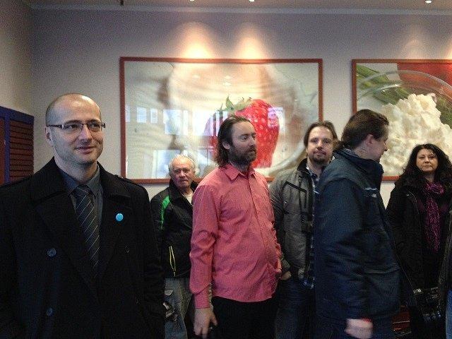 Novináři čekají na příjezd prezidenta v Madetě.