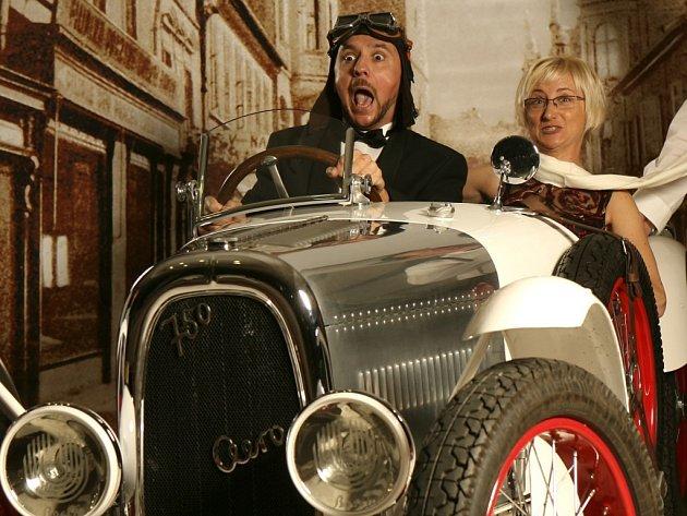 Jako první se v kokpitu vozu nechal vyfotografovat českobudějovický primátor Juraj Thoma s manželkou Zuzanou.