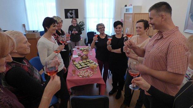 Symbolicky růžovým vínem křtili klientky, terapeutky a přátelé Mamma HELP centra v Českých Budějovicích nový spot.