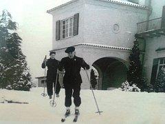 Edvard a Hana Benešovi vyrážejí v roce 1937 od své vily v zamilovaném Sezimově Ústí na běžky. Pokud zamrzla blízká řeka Lužnice, chodili na soutok s Kozským potokem bruslit.
