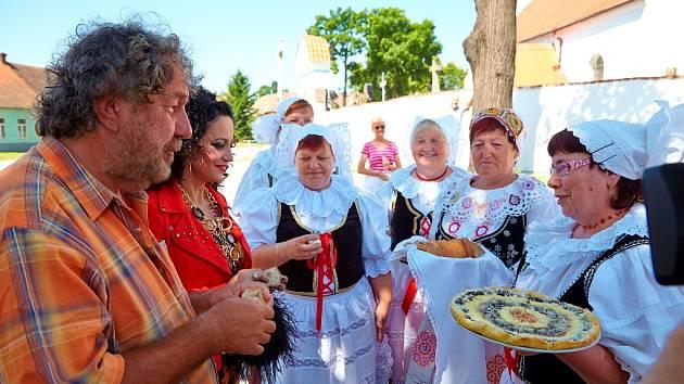 Pištínští baráčníci přivítali filmový štáb domácím koláčem.