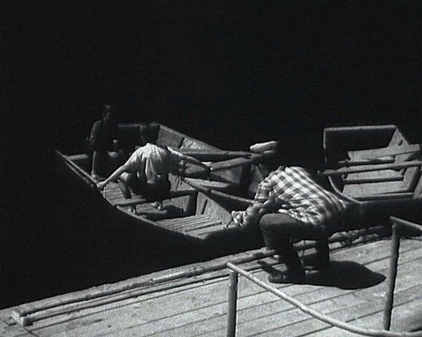 Chlapci naskakují do loďky. Kamarád Sirovátka se chápe vesel. Vlasta Burian loďku odstrkuje.